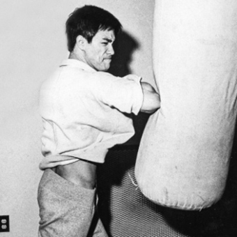 bruce-lee-workout-heavy-punching-bag